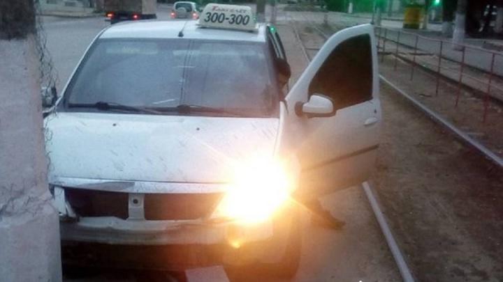 «Уснул за рулем, а когда очнулся — снял шашечки»: такси с московскими номерами врезалось в остановку