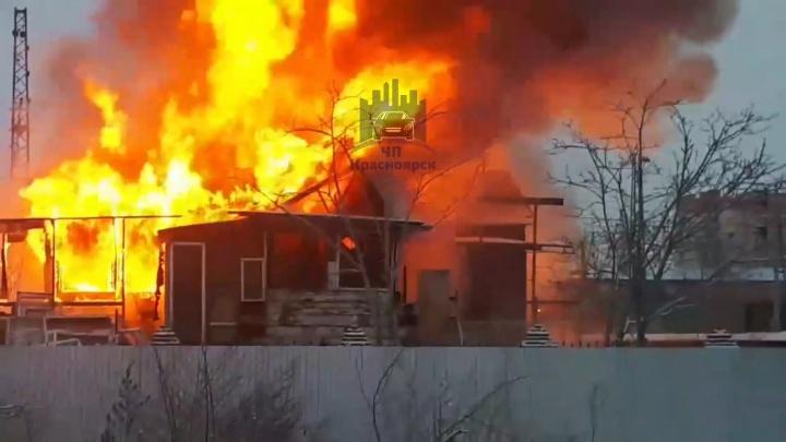 Пожарные тушат загоревшийся дом на Транзитной. Видео
