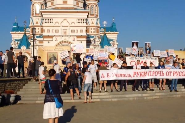 По информации организаторов, на митинг пришли более 100 человек