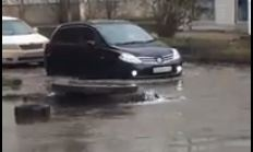 На Шумяцкого вода из канализации затопила дорогу