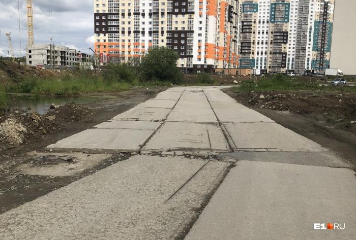 Уже много лет в район возле Компрессорного завода ведет одна-единственная дорога. Альтернативный въезд есть, но он находится вот в таком ужасном состоянии
