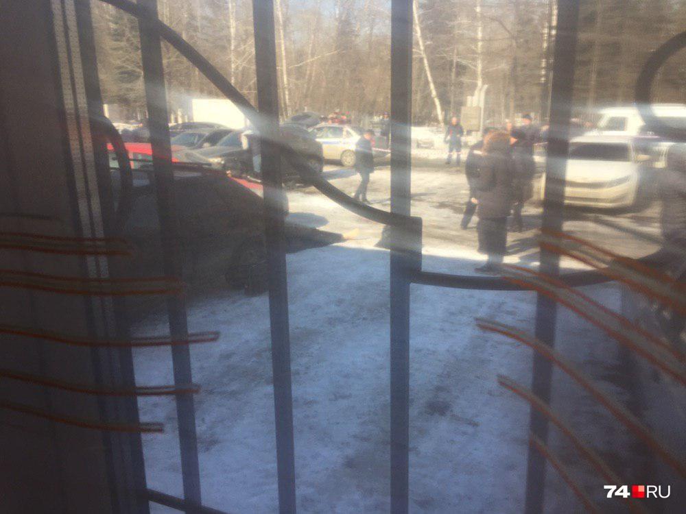 Из окна церковной лавки очень хорошо просматривается место трагедии