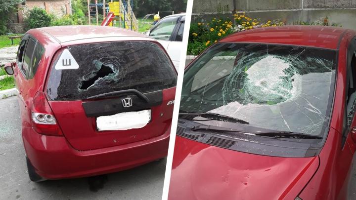 Трое с битами разбили припаркованную «Хонду Фит» на ОбьГЭСе