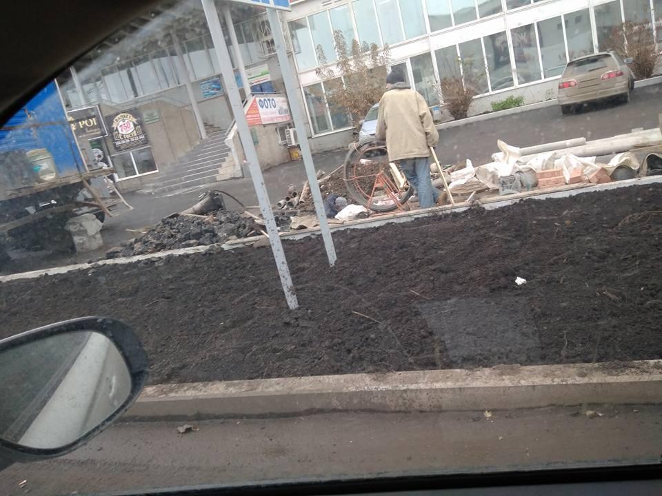 В Красноярске на «Космосе» разрыли свежий асфальт, уложенный неделю назад