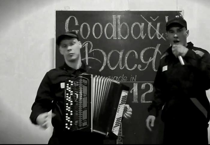 Клип сделан черно-белым — в ретростиле