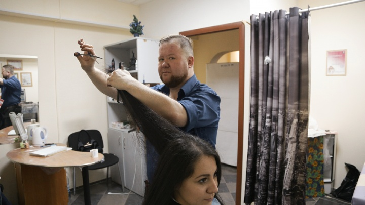 «Первый клиент сказал — на кошках тренироваться»: челябинец стал самым быстрым парикмахером России