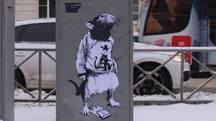 «Шопинг — моя религия»: в Перми появилось изображение крысы в футболке с супергероем Banksy