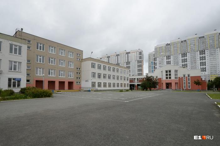 Комплекс относится к 176-й гимназии