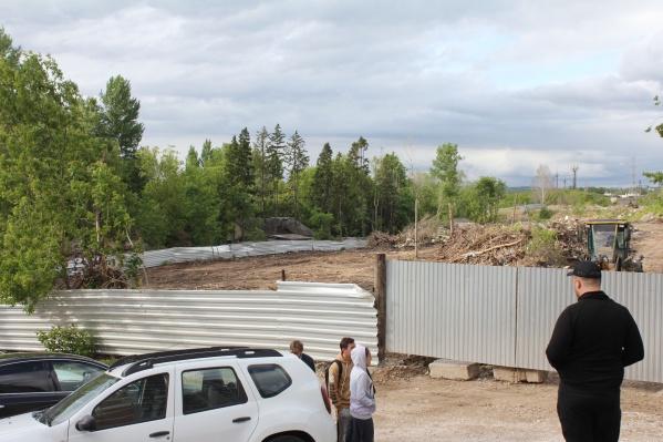В июня застройщик огородил участок под строительство трех домов