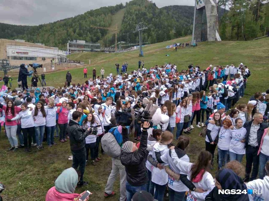 ВКрасноярске установили рекорд помассовым объятиям