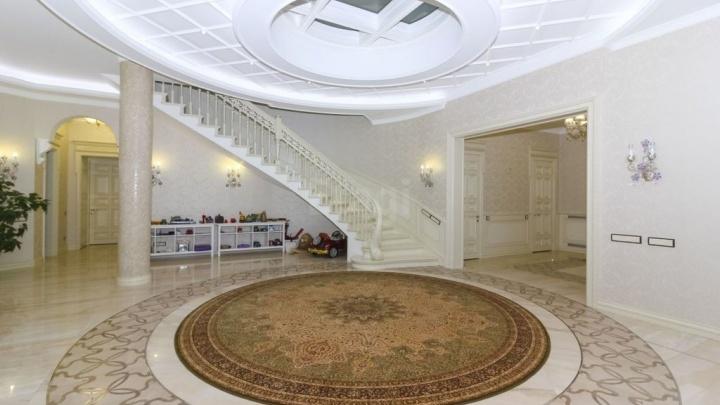 В Омске за 109 миллионов продают коттедж с 20-метровым бассейном и домом для прислуги