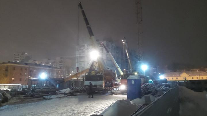 Понадобилось три машины, чтобы его поднять: подробности ЧП с краном на стройке в Екатеринбурге