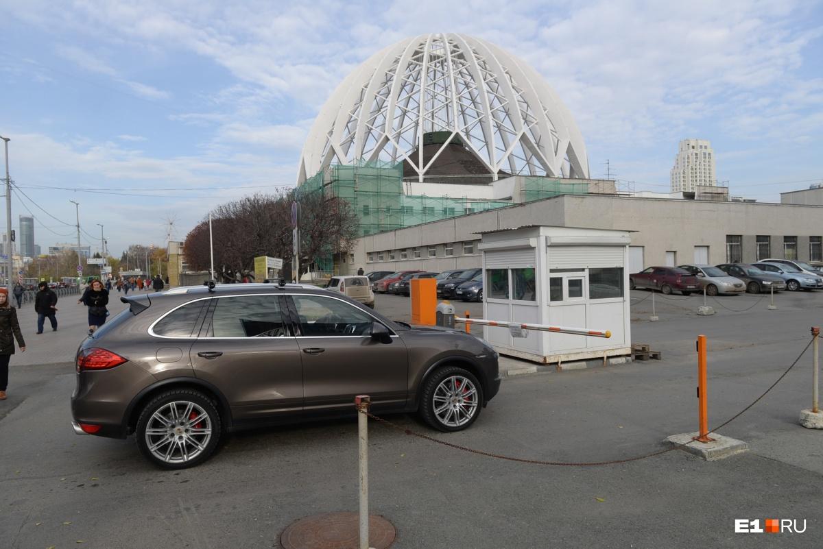 Въезд на парковку стоит 50 рублей, квитанций автовладельцам не дают