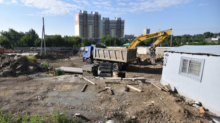 Снесли аварийные дома и роют котлован: репортаж со стройки нашумевшего квартала «ЛСР» на ВИЗе