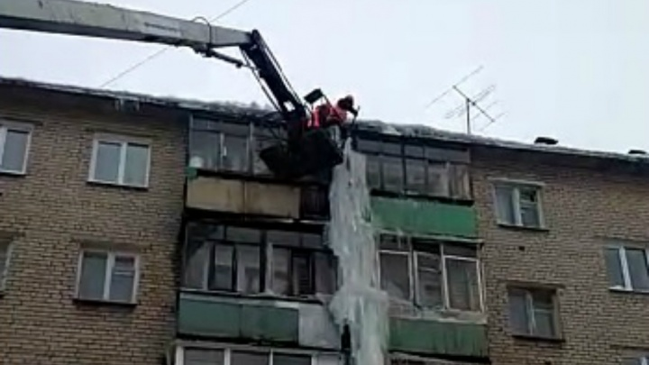 «Отнесли предписания в каждую квартиру. Бесполезно»: в Ярославле «убили» пятиэтажную сосульку. Видео