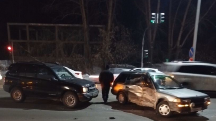 Две легковушки столкнулись на Бердском шоссе и перекрыли дорогу
