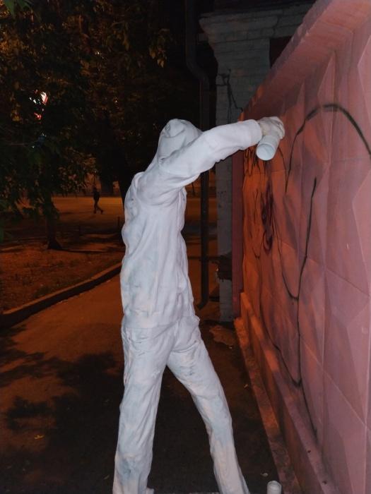 Весит гипсовый стрит-арт-художник около 150 килограммов