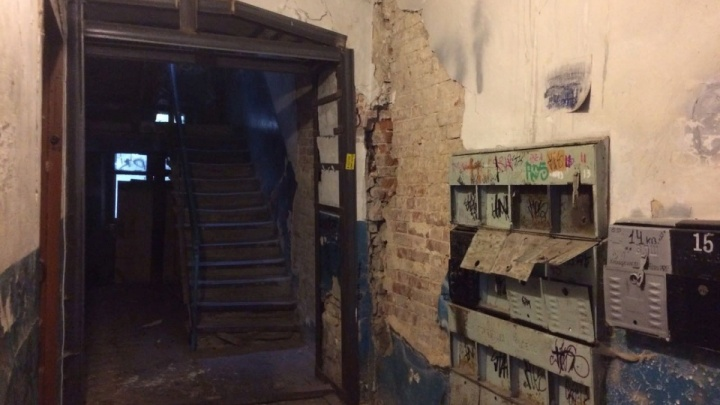 В центре Ростова дом разваливается на части, но жильцов не могут переселить из аварийного здания