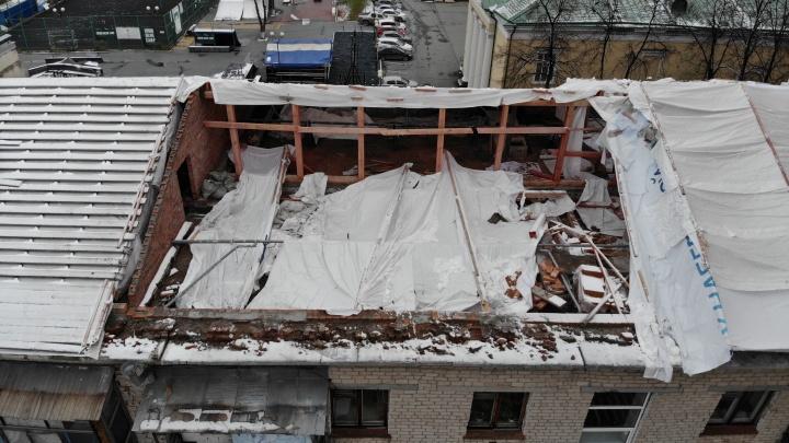 Из-за затянувшегося капремонта четырехэтажка в центре Тюмени осталась перед зимой без крыши