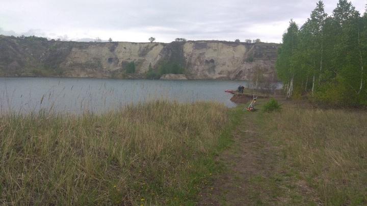 «Играли на обрывистом берегу»: под Челябинском ищут школьника, упавшего в карьер с водой