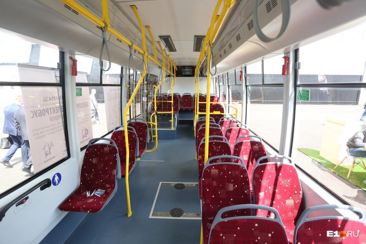Салон обычный, разве что узковат по сравнению с нашими автобусами