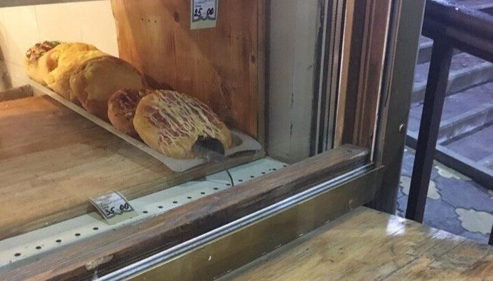 «Ей тоже кушать хочется»: ярославцы нашли ларёк, где продавали пиццу с мышью