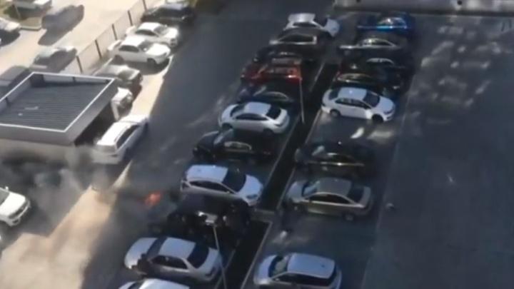 Кроссовер загорелся на заполненной парковке в новом микрорайоне