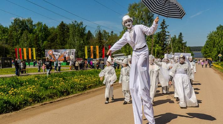 Артисты уличных театров пройдутся по улицам Ильинского