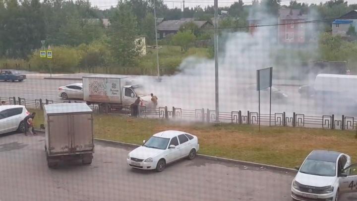 Автомобилисты самостоятельно потушили «Газель», вспыхнувшую на улице Западносибирской