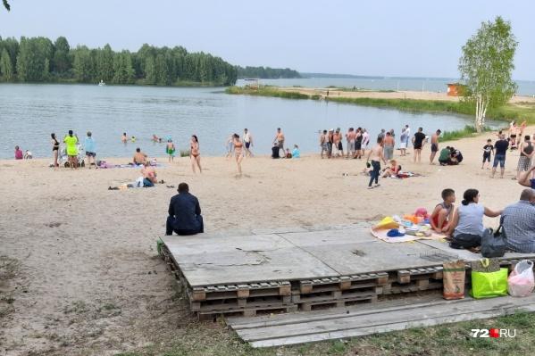 Купаться на Андреевском запрещено, но на пляже яхт-клуба нет табличек, предупреждающих об этом