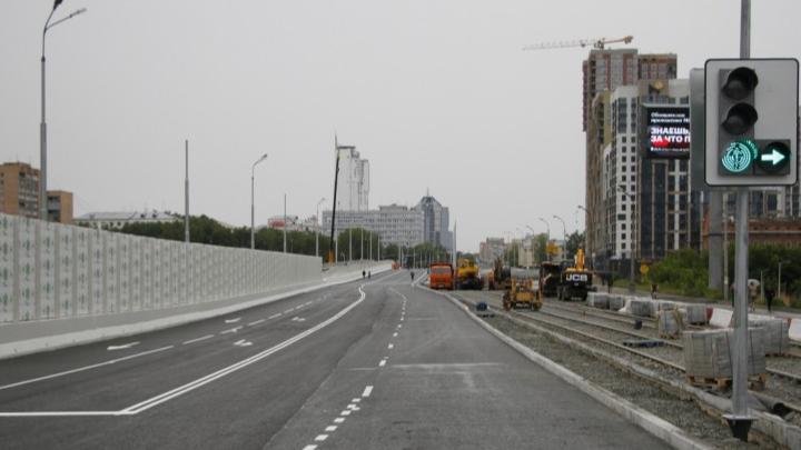 Рабочие ночью перекрыли Макаровский мост, который внезапно открыли вечером