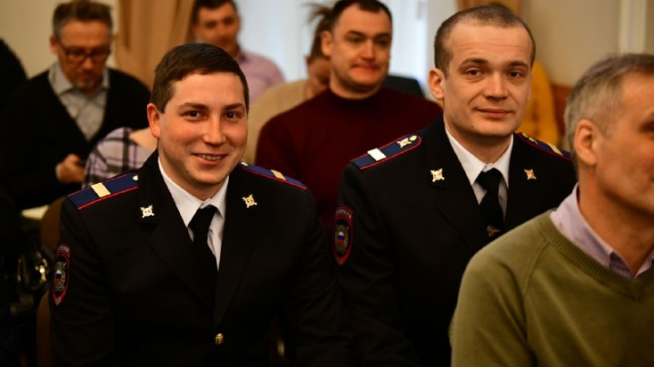 «Она кричала о помощи»: в Ярославле наградили полицейских, спасших женщину из горящего дома