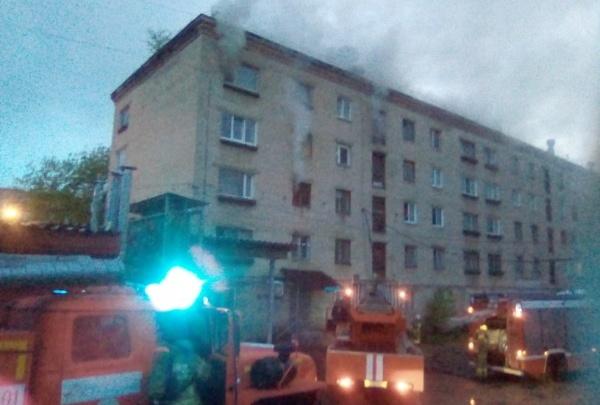 В Березниках на пожаре в ветхом доме спасли четырех человек. Видео