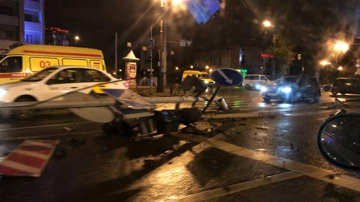 Водитель BMW не справился с управлением и снес светофор на перекрестке Мельникайте — Республики