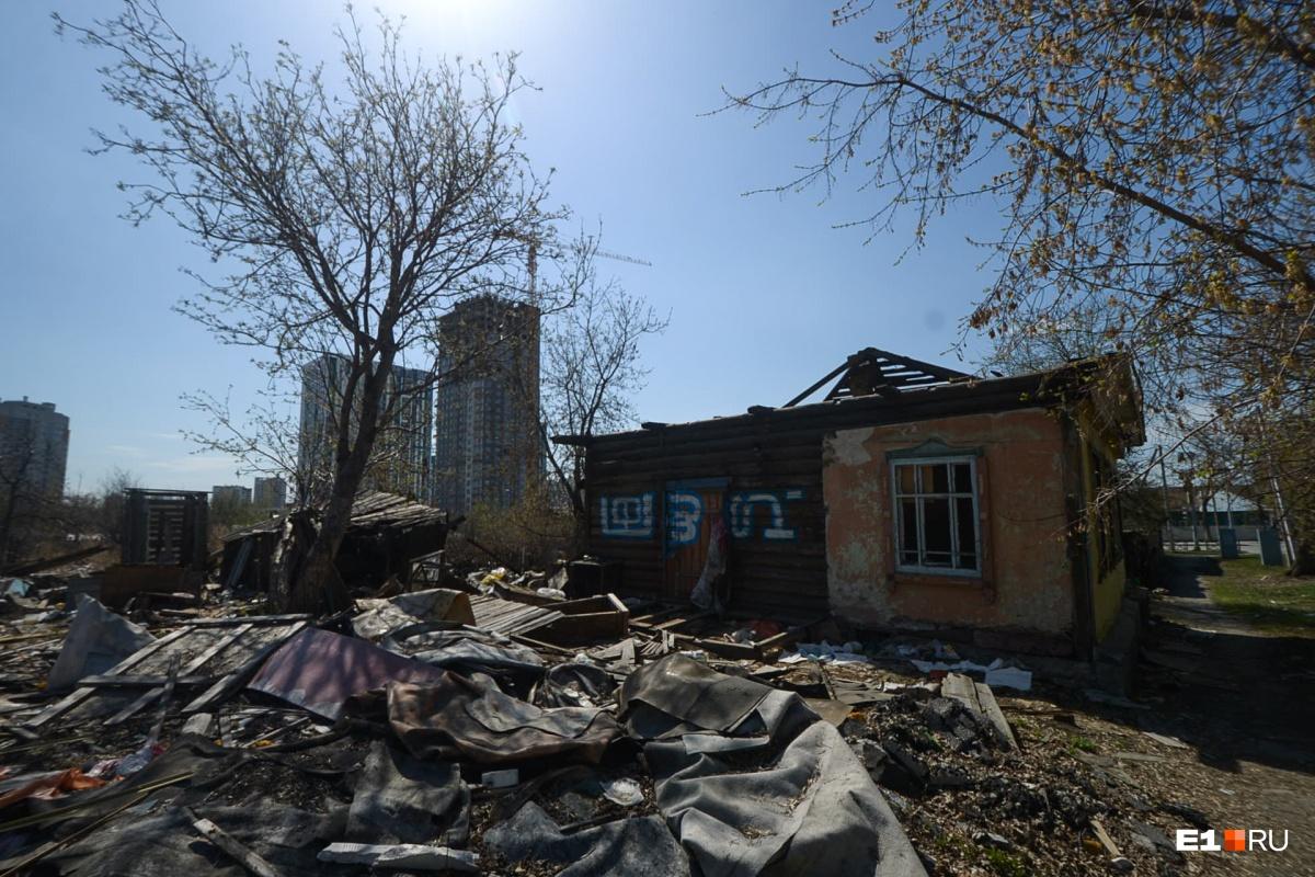 Часть домов здесь уже снесли, некоторые стоят заброшенными
