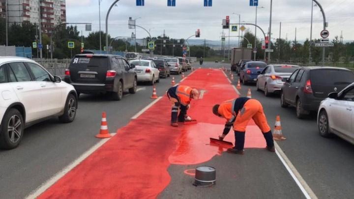 Эксперимент: на дороге по улице Героев Хасана наносят противоскользящее покрытие