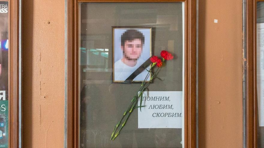 Провожали всем двором: близкие и друзья простились с 17-летним школьником, которого убил отчим