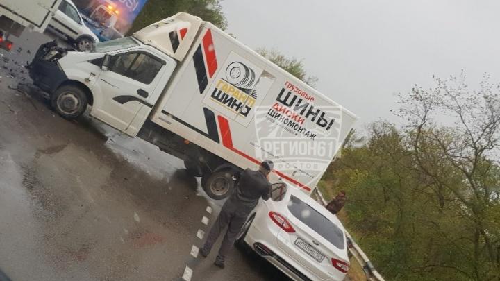 Тройное ДТП: в Ростовской области КАМАЗ протаранил два автомобиля