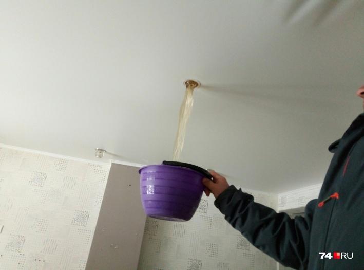 Так жители сливали воду с потолка квартиры на первом этаже