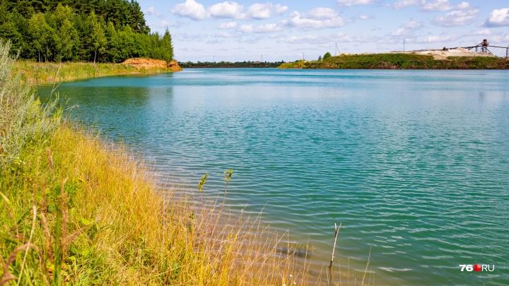 «Купание строго запрещено»: что творится на карьере с чересчур красивой лазурной водой