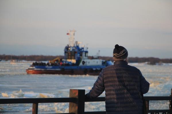 Пока лед не встанет, на острова людей возят на буксирах