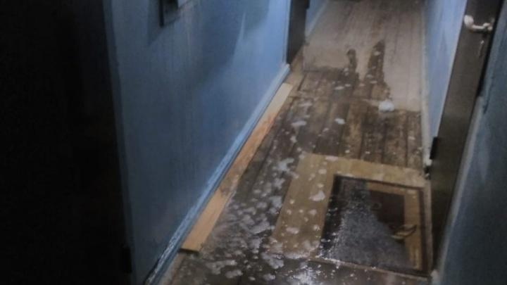 На Червишевском тракте в жилом доме затопило весь подъезд из-за прорыва трубы на крыше
