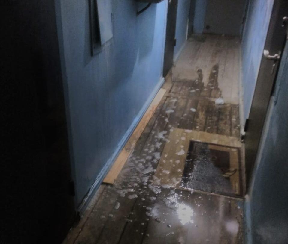 Весь подъезд дома и квартиры пострадали из-за повреждения трубы