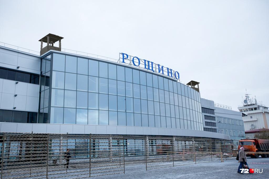 Посторонние личности могут попасть и в аэропорт Рощино. Системы безопасности в здании — это, конечно, хорошо, но лишнего не бывает