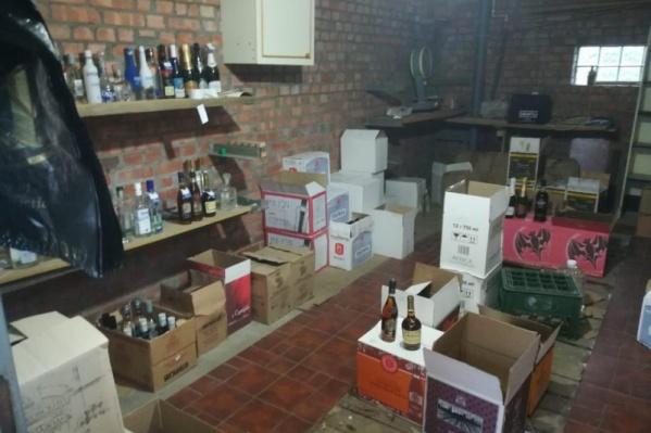 Алкоголь делали в гаражах, а потом поставляли его в магазины