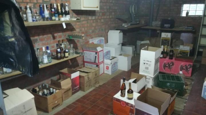 Опасное спиртное выдавали за брендовое: на Дону в гаражах устроили завод по производству алкоголя