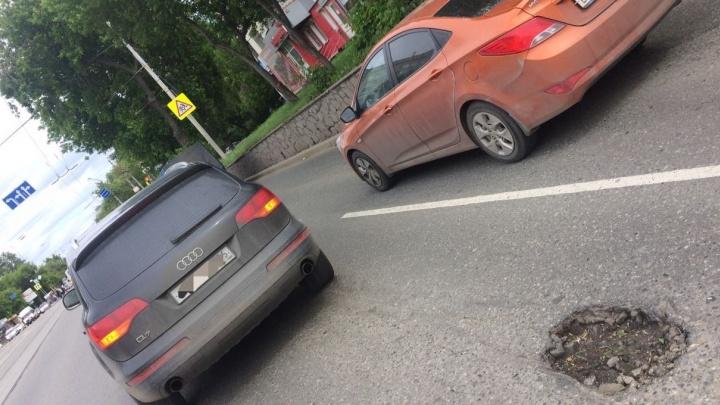 Екатеринбуржец отсудил у дорожников 130 тысяч рублей за два пробитых колеса в яме на Малышева