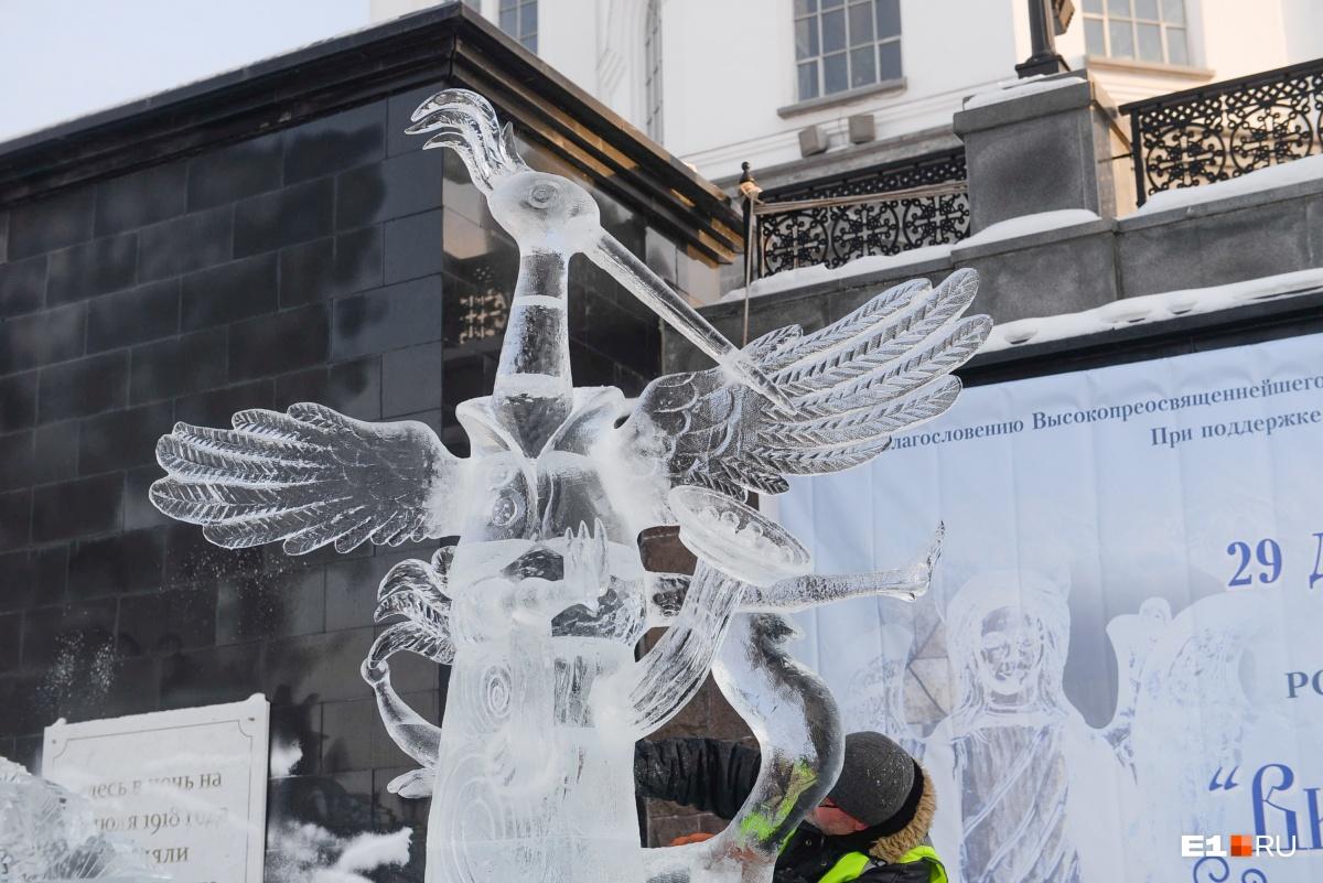 Ледяные фигуры создают мастера, которые занимаются этим искусством уже несколько десятков лет