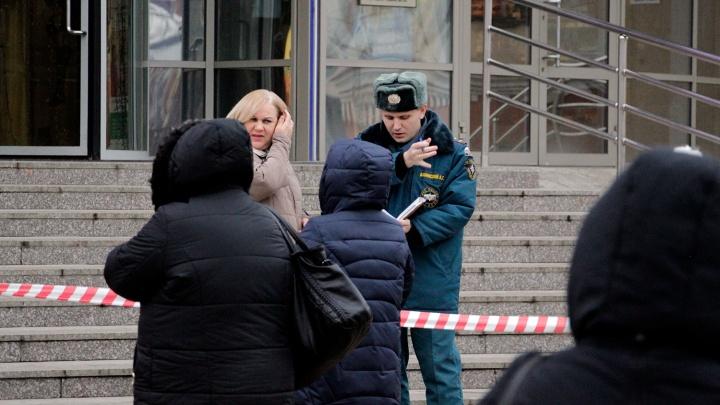 В Омске эвакуировали школу и больницы