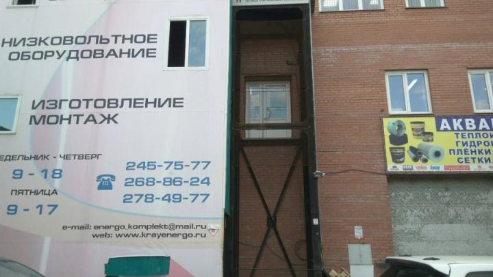 Владельца здания на Затонской, где рабочий погиб в лифте, обвинили в его смерти